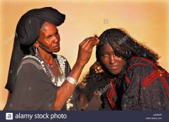 niger-agadez-women-of-tuareg-tribe-arranging-hair-AGR69P