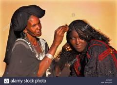 niger-agadez-women-of-tuareg-tribe-arranging-hair-AGR69P