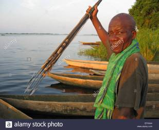congo-river-fisherman-in-dugout-canoe-with-harpoon-spears-with-barbed-B7HX44